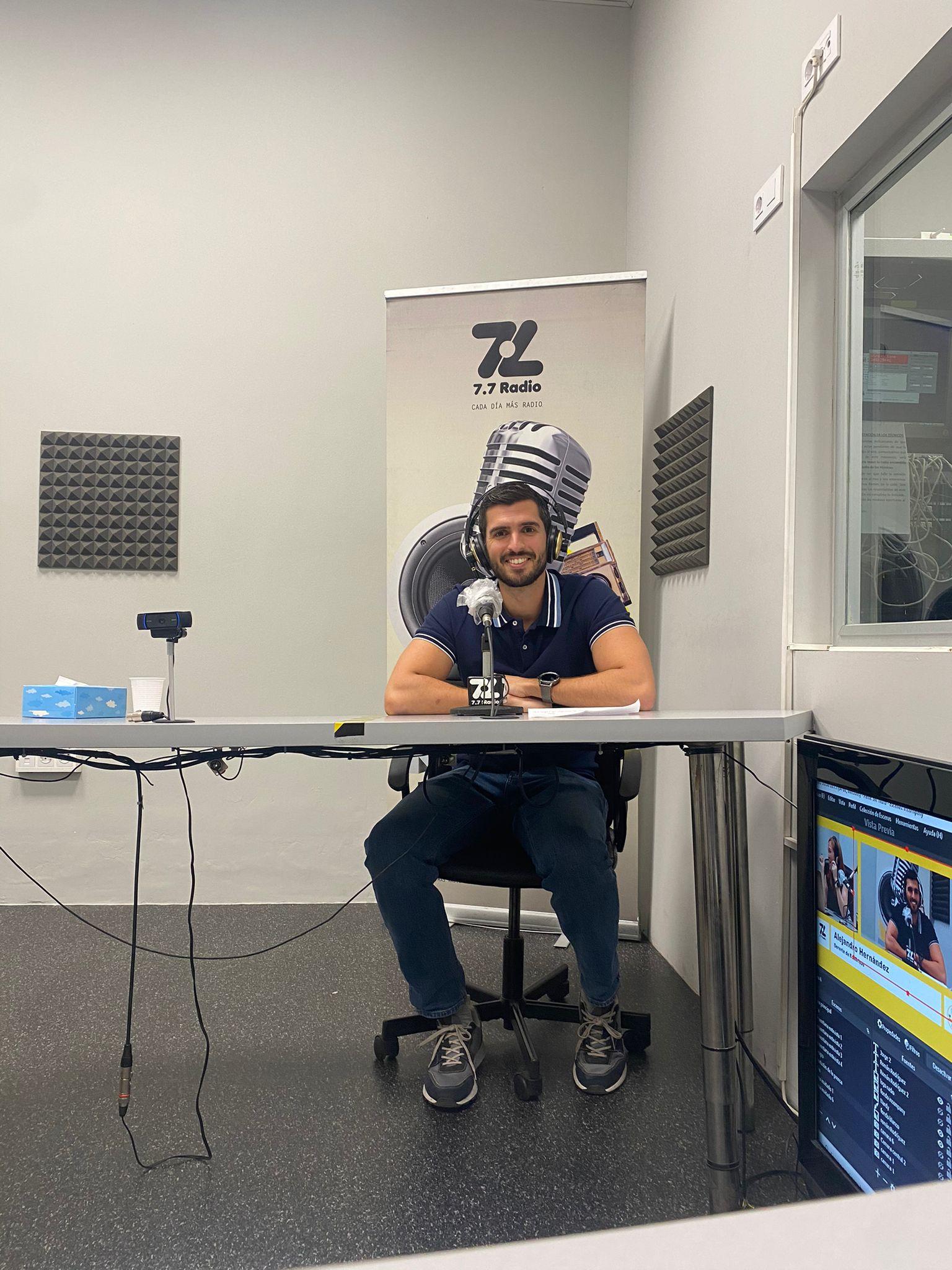 Alejandro Hernández en radio in company